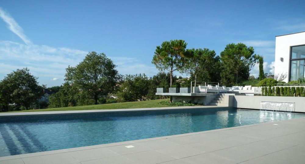 photo-piscine-mur-et-lame-deau-maison-archi